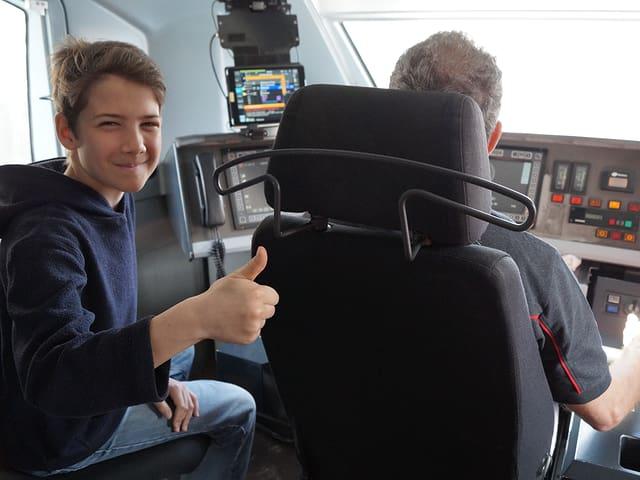 Silas mit Lokführer Adi Blättler in der Lokomotive.