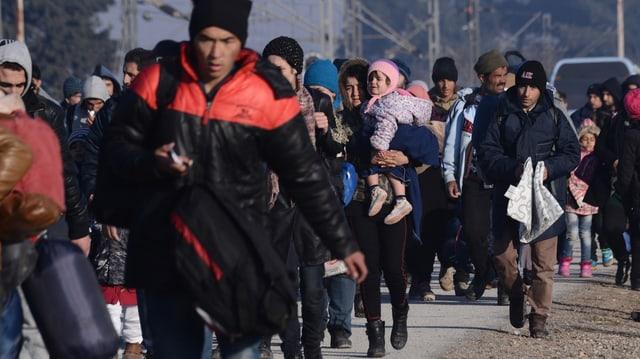 Fugitivs en viadi per in champ da fugitivs en Grezia, ils 3 da favrer 2016.