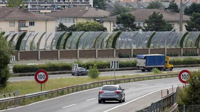 Bild der A1 nahe Ecublens bei Lausanne. Entlag der Autobahn wurden Lärmschutzwände aufgezogen. (keystone)