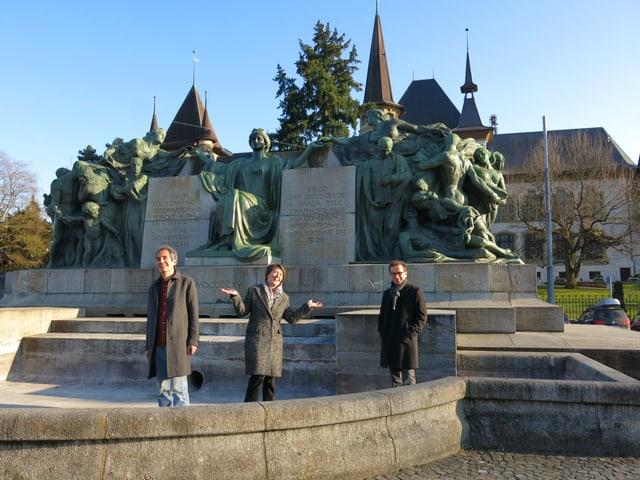 Beat Hächler, Jacqueline Strauss und Jakob Messerli stehen im leeren Brunnen.