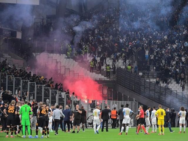 Auf den Rängen wurden in Marseille Rauchbomben und Feuerwerkskörper entzündet.