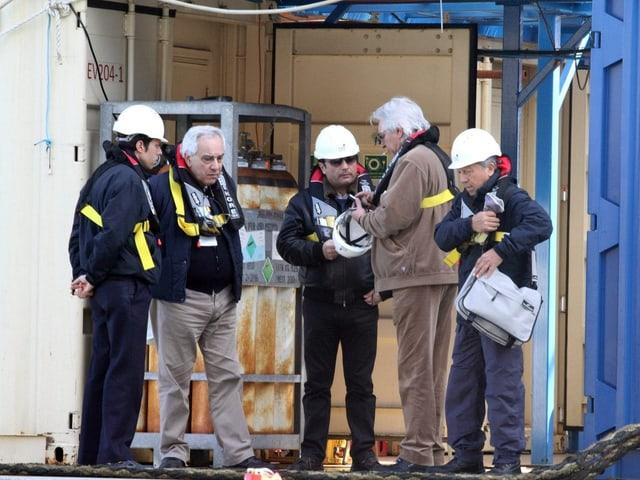 Schettino mit Fachleuten auf dem Wrack der «Costa Concordia»