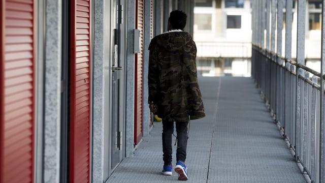 Ein Jugendlicher geht alleine auf dem Treppenhaus im Asylzentrum Genf.