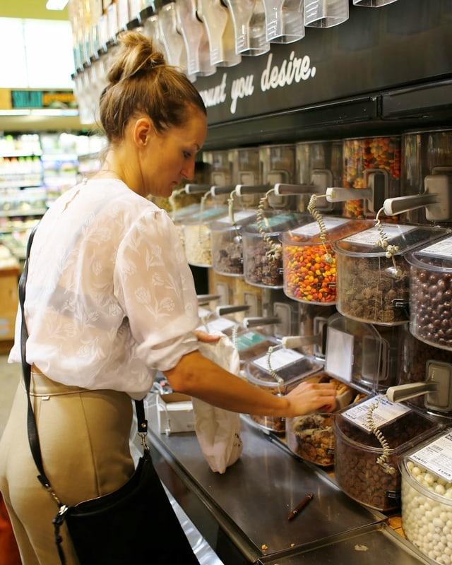 Bea Johnson kauft in einem Bulk-Store mit veschiedenen Schütten ein.