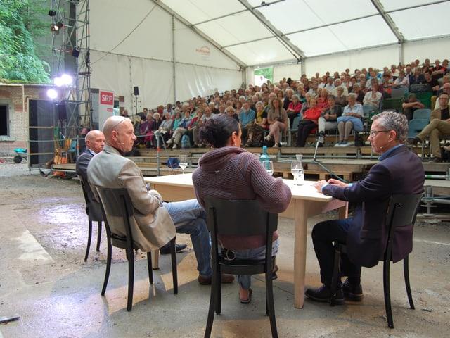 Stimmungsvolle Ambiance für einen MäntigApéro-Talk über Freilichttheater im Steigrüebli Ostermundigen.