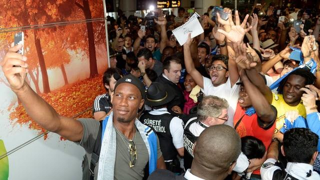Kanadische Fans jubeln Didier Drogba bei dessen Ankunft zu.