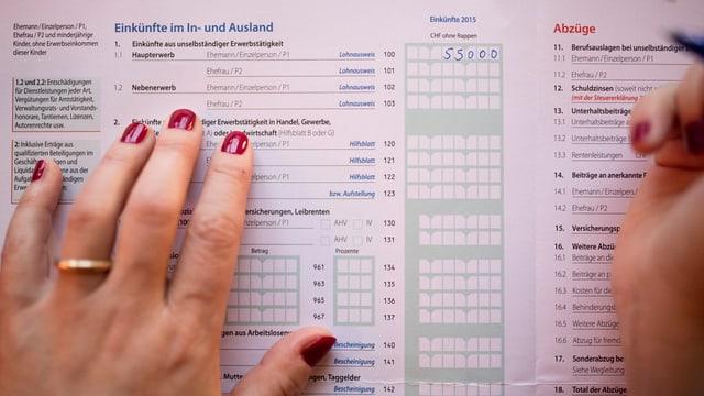 Eine Frau füllt ihre Steuererklärung aus.