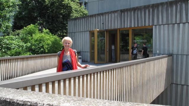 Rektorin Esther Schönberger vor der KV Luzern Berufsfachschule.