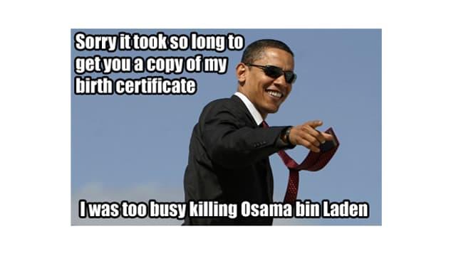 Obama mit Sonnenbrille lächelt in die Kamera.