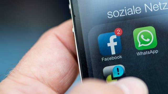 Die Icons von Facebook und WhatsApp auf einem Handybildschirm.