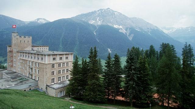 Vista sin l'hotel Castell a Zuoz.