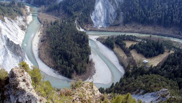 Blick in die tiefe Rheinschlucht, der Rhein macht hier einen grossen Bogen