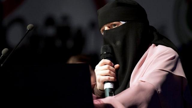 Frau mit verschleieretem Gesicht.