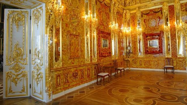 Blick in das nachgebaute Bernsteinzimmer. Opulente Verzierungen und bernsteinfarbene Akzente sind sichtbar.