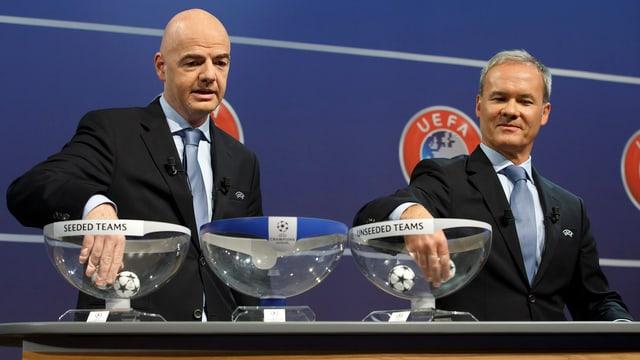 Uefa-Generalsekretär Gianni Infantino und Wettbewerbsdirektor Giorgio Marchetti mischen die Kugeln