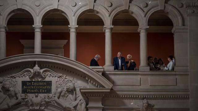 Besucher im Innern des Bundeshauses