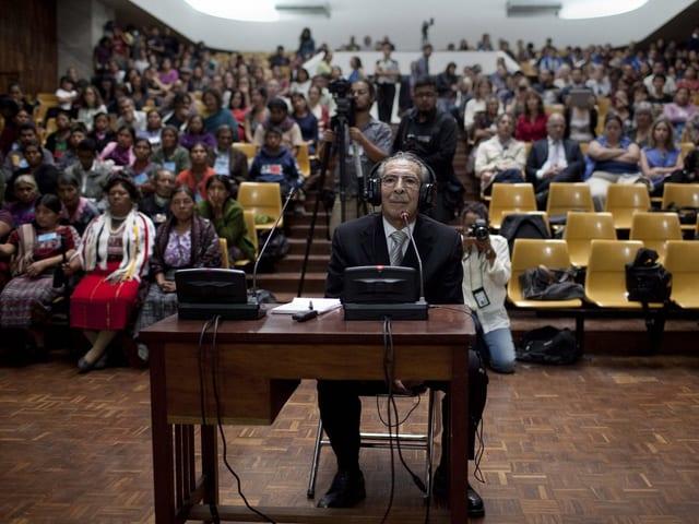 Ríos Montt sitzt vor den Richtern.