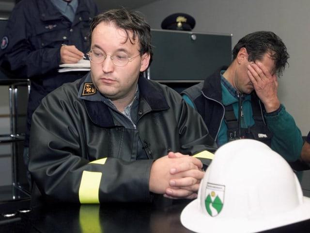 Die Feuerwehrmänner sind erschöpft.