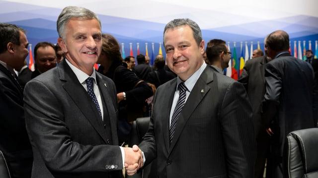 Die beiden Aussenminister Didier Burkhalter (Schweiz, links) und Ivica Dačić (Serbien, rechts) beim OSZE-Treffen in Basel am 5.12.2014