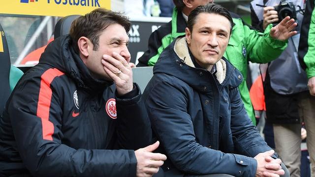 Das Trainerduo von Eintracht Frankfurt auf der Bank.
