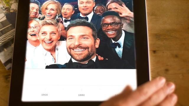 Ein Tablet. Darauf ist das Selfie von Ellen DeGeneres zu sehen.