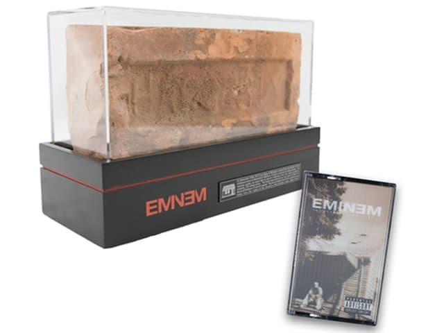 Eminems alte LP Marshal Mathers sowie ein Backstein.