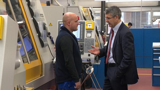 Zwei Männer unterhalten sich in Produktion.