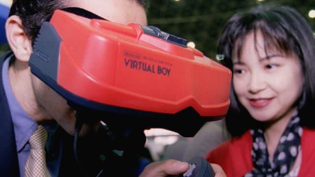 Ein Mann trägt eine rote VR-Brille mit der Aufschrift Virtual Boy.