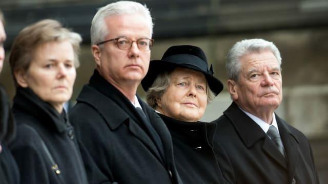 Fritz von Weizsäcker neben seiner Mutter und Ex-Bundespräsident Joachim Gauck