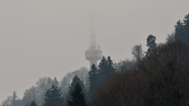 Am Vormittag war der Sendemast am Üetliberg in Nebel gehüllt.