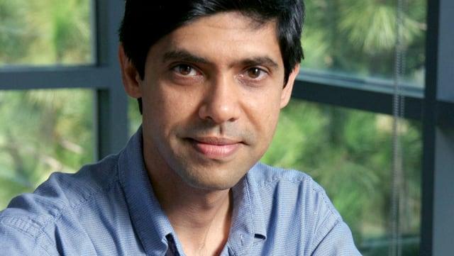 Gesicht eines Mannes mit blauem Hemd.