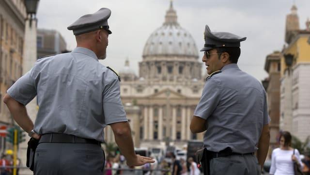 Dus policists talians sin la plazza da S. Peder en il Vatican.
