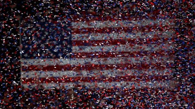 Eine US-Flagge im Confetti-Regen, Wahlkampfveranstaltung von Barack Obama 2010