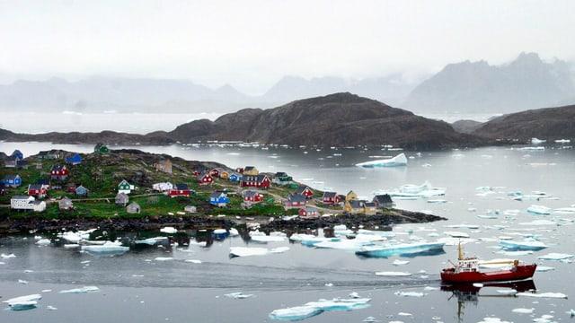 Das Dorf Kulusuk an der Küste