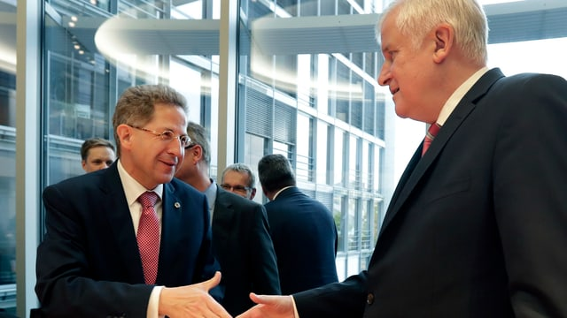 Hans-Georg Maassen ed il minister da l'intern, Horst Seehofer avant ina seduta en il Bundestag a Berlin (12-09).