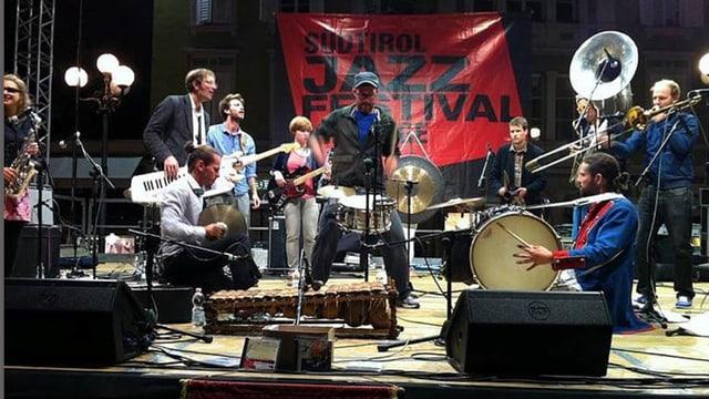 Ein Jazz-Orchester auf einer Bühne an einem Festival.