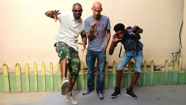 Lukie Wyniger in Jamaika mit den Reggae-Sängern D-Major und Dalton Harris.