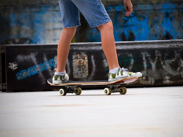 Die Knaben können besser skateboarden, die Mädchen besser Schlittschuh laufen.
