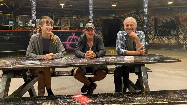 Die drei Sitzen an einem Tisch im Chessu.