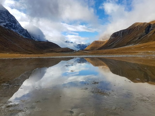 Wolken und Berge die sich im See spiegeln