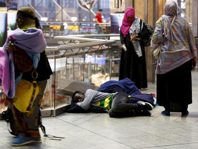 Ein Flüchtling liegt auf dem Boden im oberen Stock des Bahnhofs.