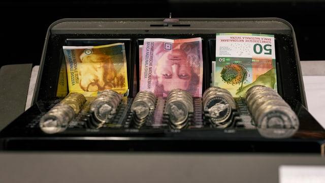 Notas e munaida da francs svizzers.