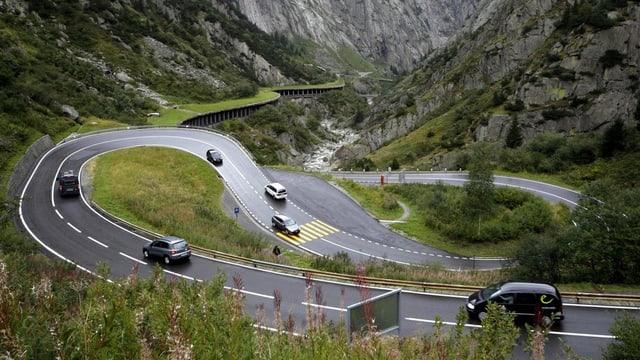 Die Passstrasse mit Autos
