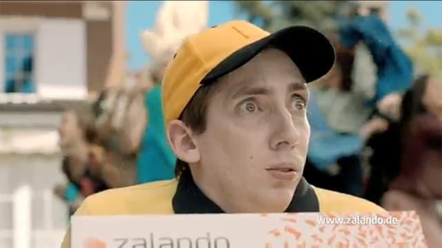 Der Zalandobote - bekannt aus der Werbung - mit einem Paket