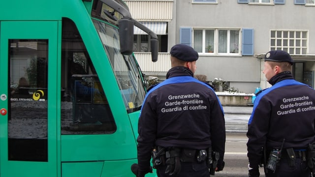 Grenzwächter vor einem Tram