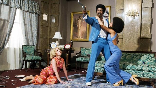 Zwei Frauen liegen dem afroamerikanischen Filmhelden buchstäblich zu Füssen.