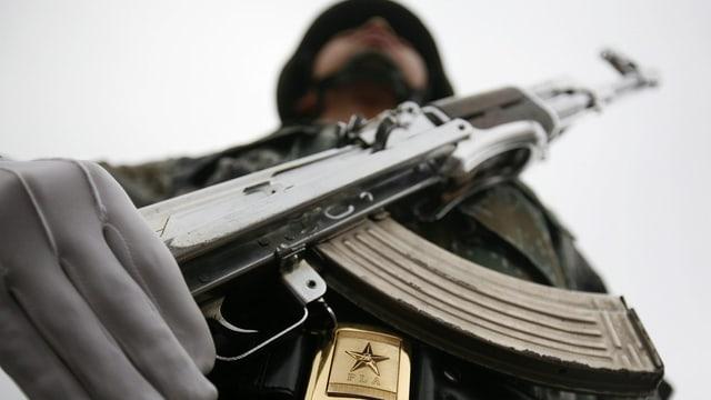 Ein chinesischer Soldat mit Maschinengewehr.