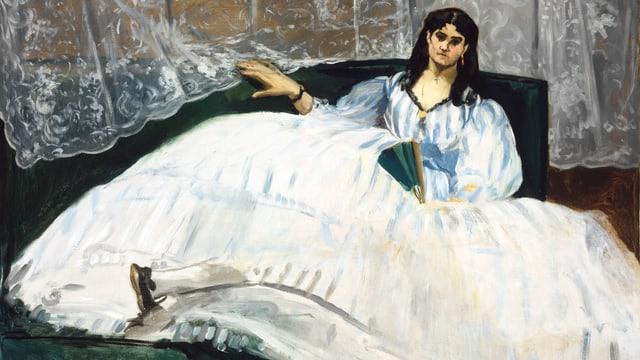 Das Gemälde einer Frau mit schwarzem Haar, sie sitzt auf einem Bett und trägt einen riesigen Rock.