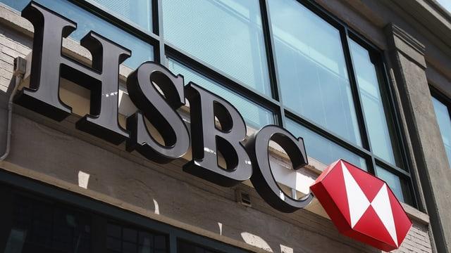 logo HSBC sur l'entrada da la banca