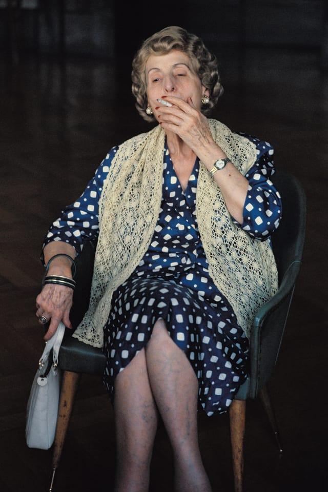 Eine rauchende Frau in der Casa Verdi.